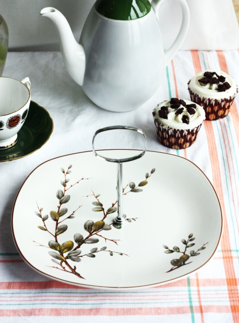 A photo of a vintage Midwinter potteries Stylescraft cake stand