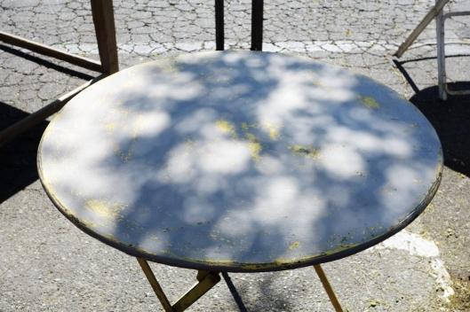 A photo of a Vintage table in L'Isle-sur-la-Sorgue market