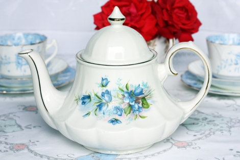 A picture of a vintage Sadler teapot in a carousel shape