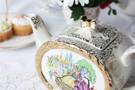 A picture of a vintage Sadler teapot with crinoline lady picture