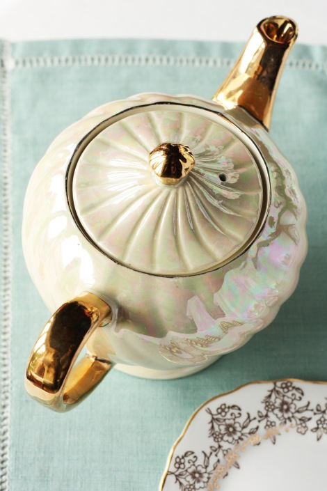 A picture of a vintable cream and gold Sadler teapot